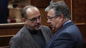 El ministro de Interior, José Ignacio Zoido, conversa con el portavoz del PDeCAT, Carles Campuzano.