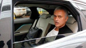 Mourinho abandona el hotel de Manchester donde vive tras ser destituido por el United.