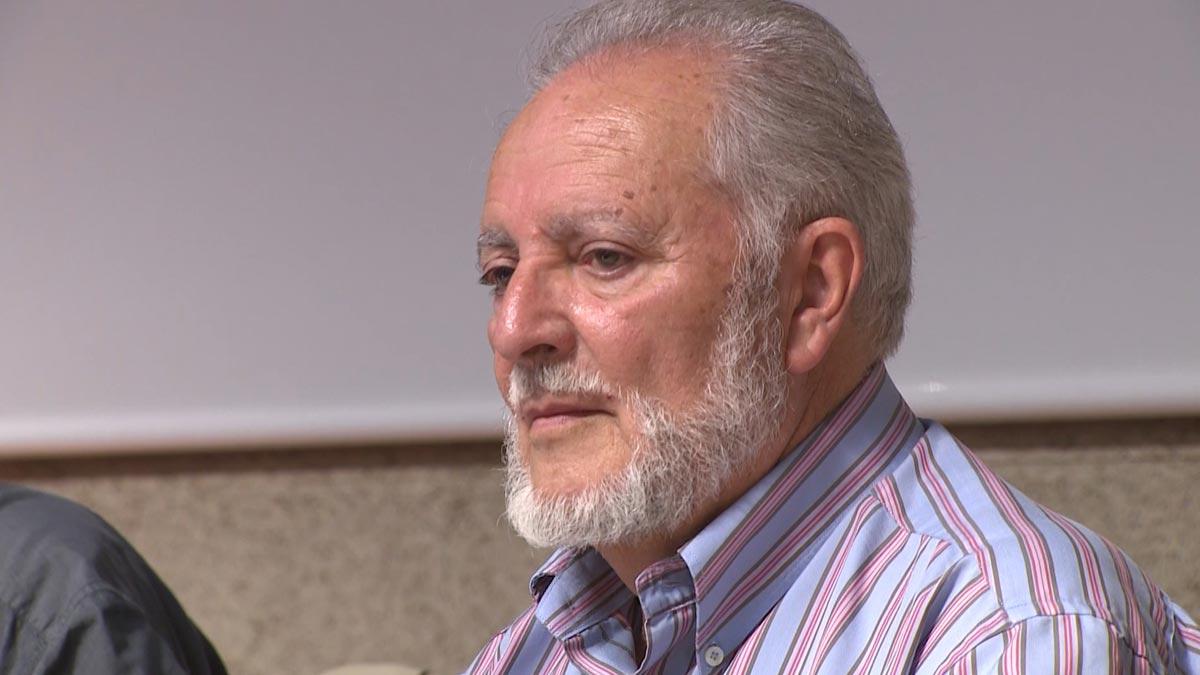El histórico dirigente de IU y ex alcalde de Córdoba, Julio Anguita, ha fallecido este sábado a los 78 años de edad después de que hace una semana fuera ingresado en estado crítico en la Unidad de Cuidados Intensivos (UCI) del Hospital Reina Sofía de Córdoba tras sufrir una parada cardiaca.
