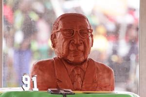 Busto de arcilla de Mugabe.