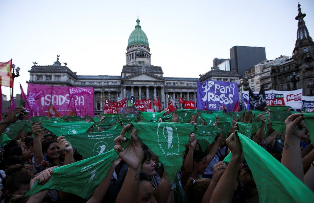 Las mujeres en Argentina se manifiestan en favor de la legalización del aborto.