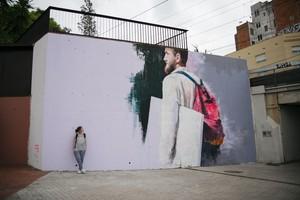 El mural de Udane Juaristi para el proyecto 12+1 de LHospitalet, en la calle Rosalía de Castro