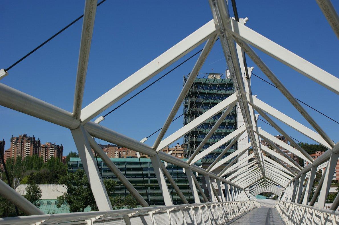 El Museo de la Ciencia de Valladolid, visto desde la pasarela homónima que cruza el río Pisuerga.