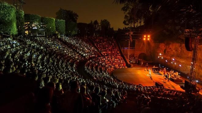 El Teatre Grec, construido el 1929 con motivo de la Exposición Internacional, está inspirado en la planta del treatro de Epidauro