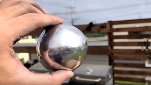 El nuevo reto importado del Japón consiste en hacer esferas perfectas con papel de aluminio.