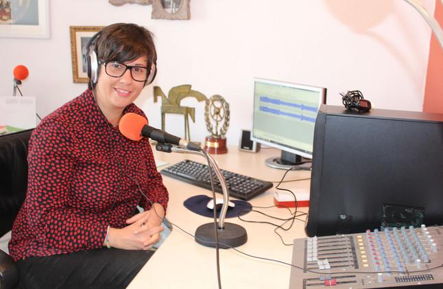 La directora de 'El Extrarradio', Olga Ruiz, en el estudio de su casa, en las afueras de Barcelona.