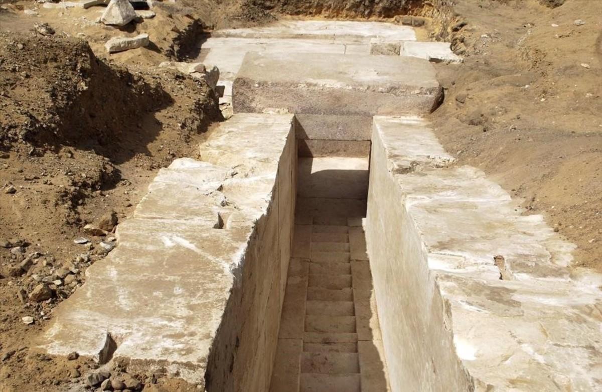 Pasillo hallado por una misión arqueológica en Dahshur, al sur de El Cairo, perteneciente a los restos de una pirámide faraónica de hace 3.700 años.