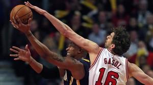 Pau Gasol disputa el balón a David West, de Indiana Pacers.