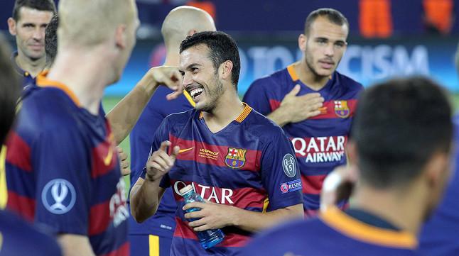 Pedro, autor del gol de la victoria ante el Sevilla en la Supercopa de Europa, es felicitado por sus compañeros al término del partido.