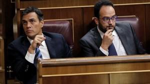 Pedro Sánchez y Antonio Hernando en la bancada socialista.