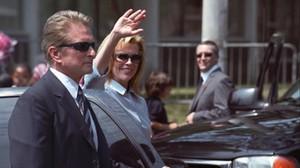 Michael Douglas protege a Kim Basinger, en una escena de La sombra de la sospecha.