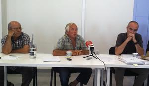 Al centrede la imatgeel pagès Pep Riera, promotor de lAssemblea Pagesa del Maresme, durantla roda de premsa que el col·lectiu va oferir el 25 de juliol alCafè de Mar de Mataró.
