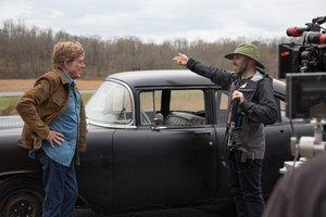David Lowery (derecha) conversa con Robert Redford durante el rodaje.