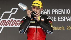 El piloto alemán Jonas Folger besa el trofeo que lo acredita como ganador del GP de España de Moto2 en Jerez.
