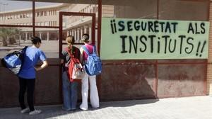 Pintadas contra la violencia escolar en un instituto de San Vicente de Raspeig, en el 2006.