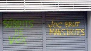 Pintadas en la sede del PSC en Barcelona, este sábado.