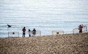 La playa del Somorrostro, acordonada.