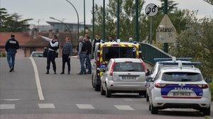 La policía francesa ha acordonado el área en torno al estanco donde hay rehenes, cerca de Toulouse.