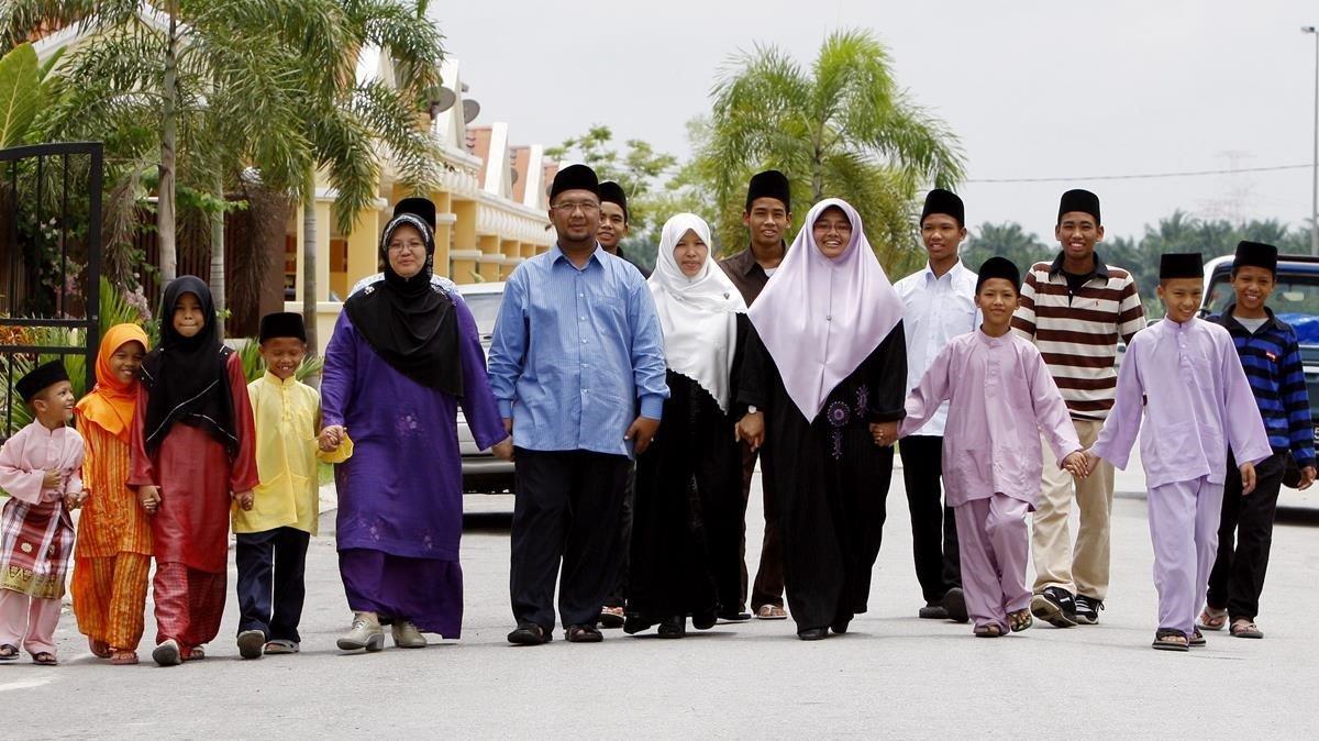 El polígamo Mohamed Ikramullah Ashaari, con tres de sus cuatro esposas y varios de sus hijos en Kuala Lumpur, el 2 de septiembre del 2009.