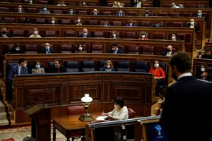 El presidente del Gobierno, Pedro Sánchez, durante la intervención del líder del PP, Pablo Casado, en la sesión de control al Ejecutivo este 14 de octubre en el Congreso.