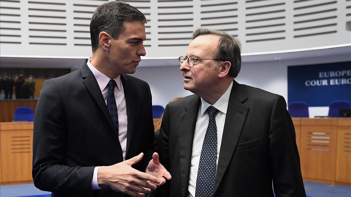 El presidente Pedro Sánchez conversó con el presidente de la Corte Europea de Derechos Humanos, TEDH, Guido Raimondi, durante una visita al TEDH en Estrasburgo, Francia.