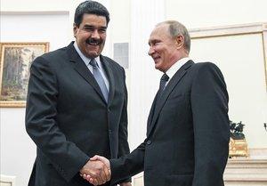 El presidente venezolano, Nicolás Maduro, y su homólogo ruso, Vladímir Putin, se saludan durante un encuentro en Moscú en el 2017.
