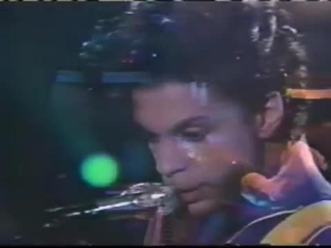 Prince canta Purple Rain, en el Arsenio Hall Show, en1991