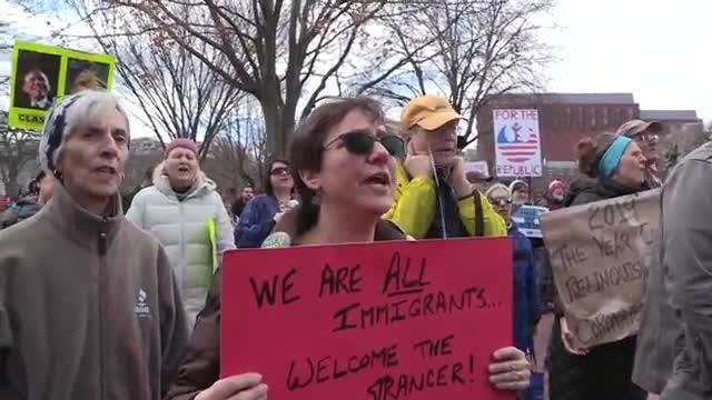 El grupo activista Move On organizó varias protestas en diversas ciudades de Estados Unidos en contra de la declaración de emergencia nacional con la que el presidente Donald Trump.