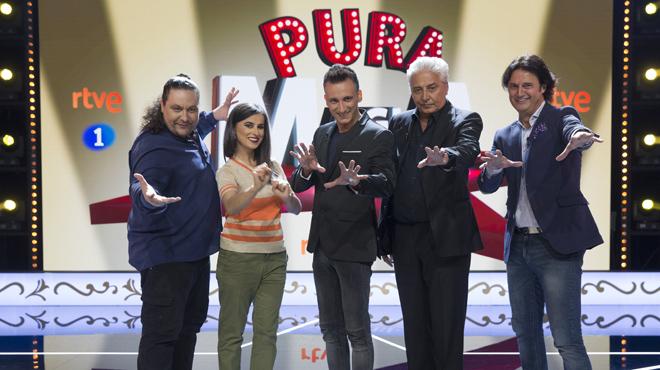 Mag Lari es el director de la escuela y el presentador del talent show Pura magia, en TVE-1.