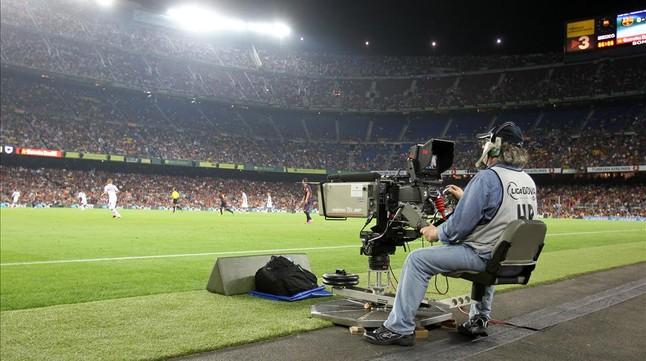 Cámara de televisión, durante la retransmisión de un partido en el Camp Nou.
