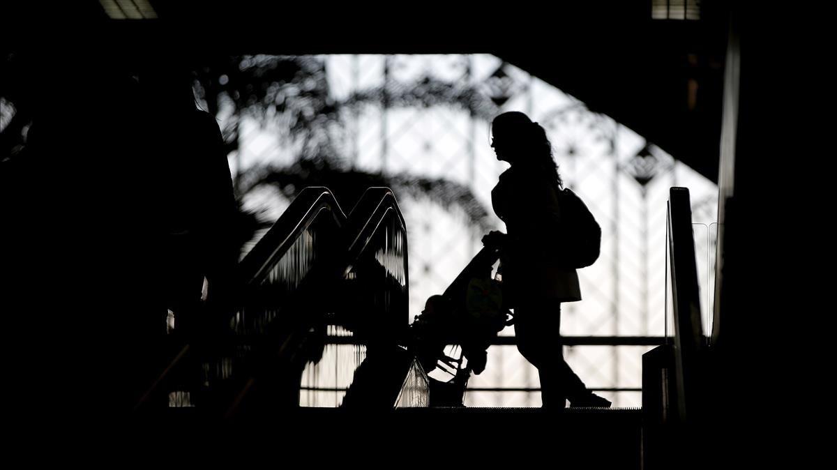 Una madre y su hijo, en una estación de tren.