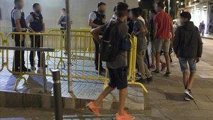 Menores desamparados de los que pernoctaban en la comisaría de Ciutat Vella en una imagen de archivo.