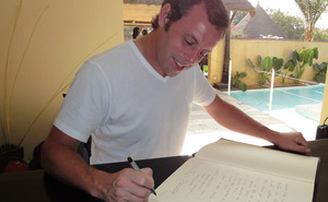 Rosell firma en el libro de honor del The Rhino Resort en Senegal.
