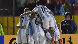 La selección argentina festeja uno de los goles en Quito.