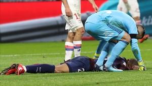 Mbappé, tendido en el césped, tras chocar con el portero del Lyón.