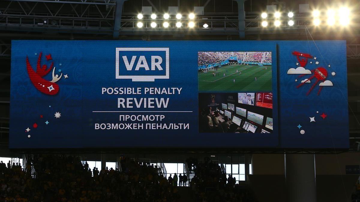 Una pantalla avisa de la revisión de una jugada mediante el VAR en el Mundial de Rusia.