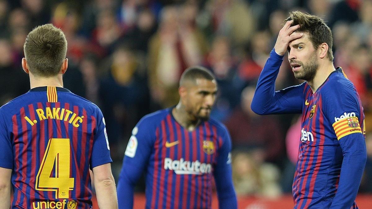 Un Barça revolucionari es queda al caire del precipici a Sevilla