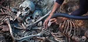 Trabajos de exhumación de una fosa en Gurb.