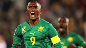 Samuel Eto'o durante un partido con la selección de Camerún.