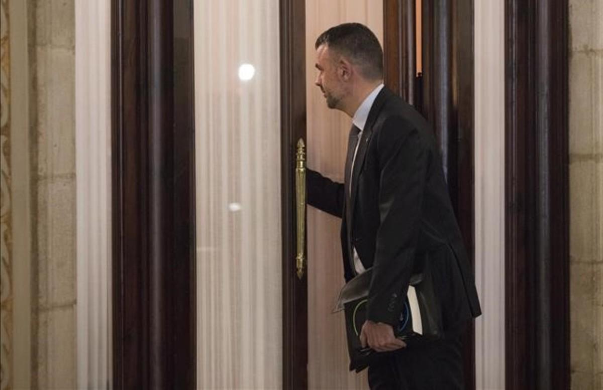 El 'conseller' de Empresa, Santi Vila, entra en el despacho del 'president' Carles Puigdemont en el Parlament para comunicarle su dimsión.