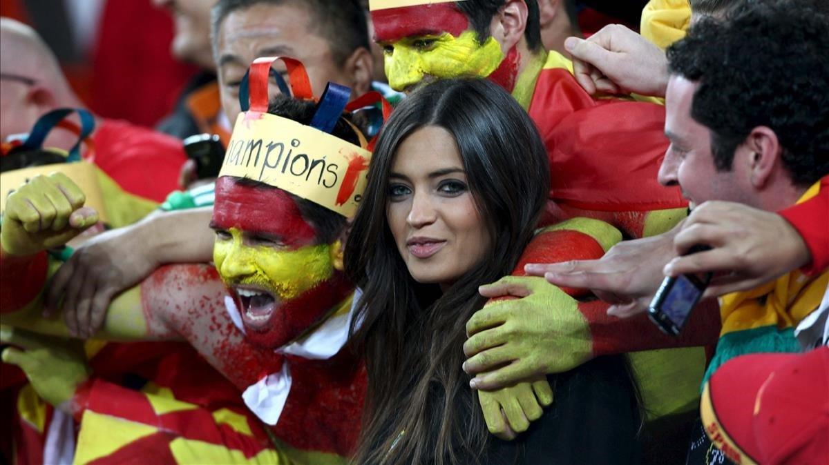 Sara Carbonero, rodeada de aficionados españoles en la celebración de la victoria en el Mundial de Sudáfrica.