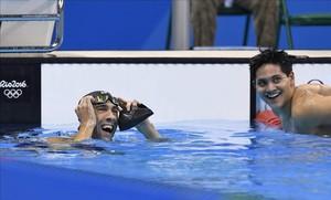 Schooling y Phelps, sonrientes en la piscina, tras la final del 100 mariposa