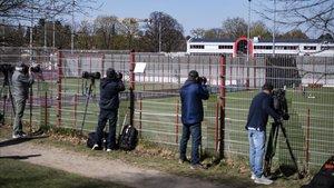 Cámaras y fotógrafos siguen el entrenamiento del Bayern, este lunes.