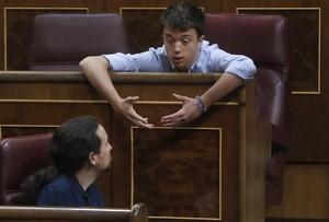 GRA165 MADRID 21 06 2017 - El lider de Podemos Pablo Iglesias abajo conversa con el diputado de esta formacion Inigo Errejon durante la sesion de control al Gobierno en el Congreso de los Diputados EFE Juan Carlos Hidalgo