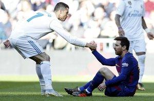 Cristiano ayuda a Messi a levantarse tras una falta que le cometieron en un clásico jugado en Madrid el 2017.