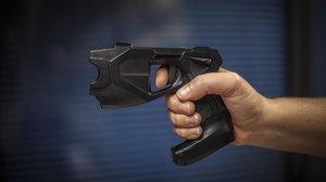 Interior prevé dotar de pistolas eléctricas tipo Táser a Policía y Guardia Civil