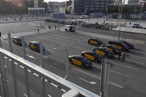 Taxistas en la plaza de Joan Peiró, junto a la estación de Sants.