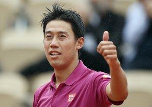 El tenista japonés Kei Nishikori celebra su victoria ante el francés Benoit Paire en los octavos de final del torneo Roland Garros, este lunes, en París.