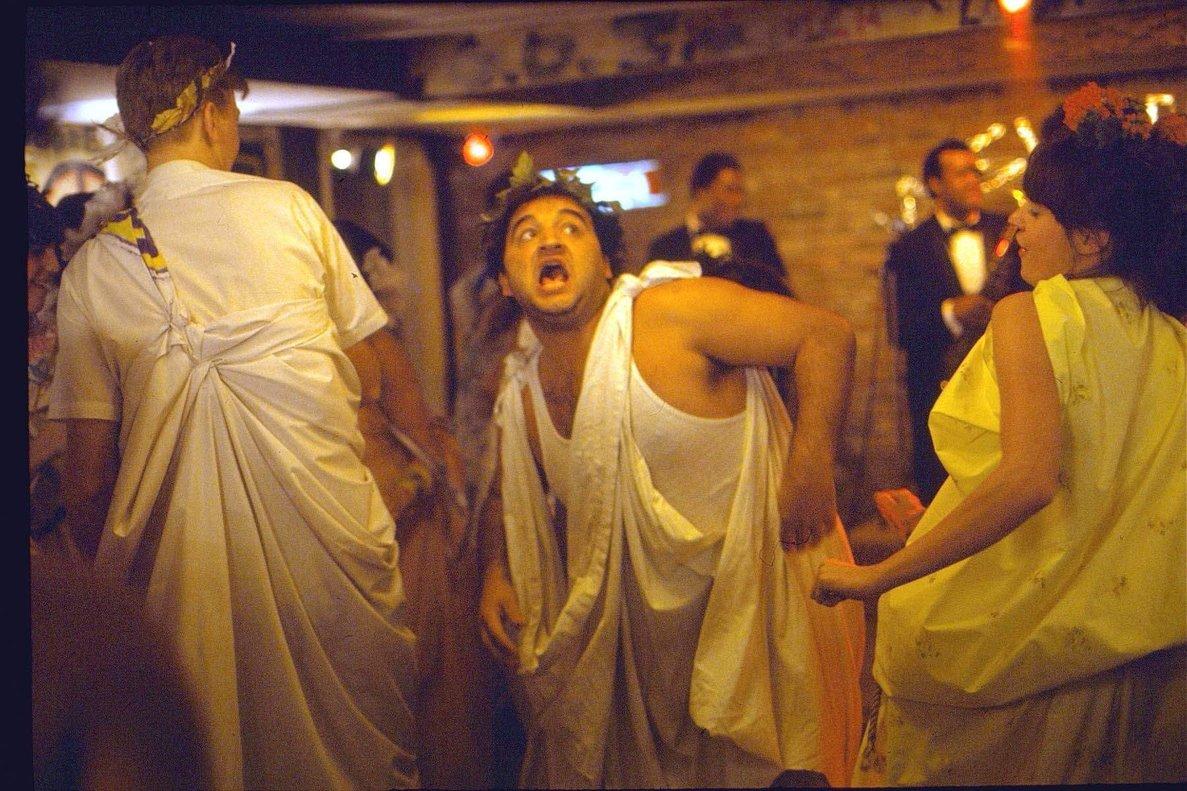 Una imagen de la fiesta toga de 'Desmadre a la americana', con John Belushi dándolo todo.