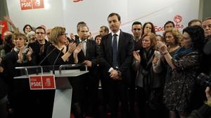 Tomás Gómez, arropado por dirigentes y militantes del PSM, este miércoles, 11 de febrero, en la sede regional del partido.